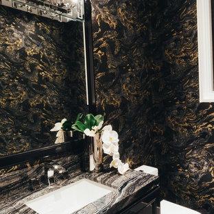 Foto di un piccolo bagno di servizio con WC monopezzo, pareti nere, pavimento multicolore, ante con riquadro incassato, ante nere, pavimento con piastrelle in ceramica, lavabo sottopiano, top in pietra calcarea e top multicolore