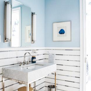 Idéer för ett mellanstort maritimt toalett, med öppna hyllor, vit kakel, flerfärgad kakel, klinkergolv i porslin, kakel i metall, blå väggar, ett konsol handfat och flerfärgat golv