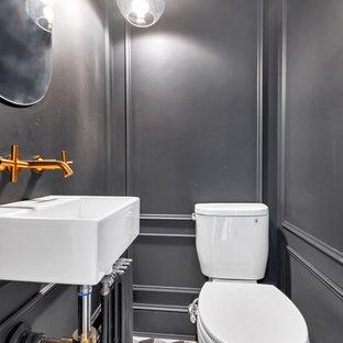 Kleine Industrial Gästetoilette mit Wandtoilette mit Spülkasten, Keramikboden und Wandwaschbecken in New York