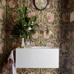 Foto di un bagno di servizio design con pareti multicolore e lavabo integrato