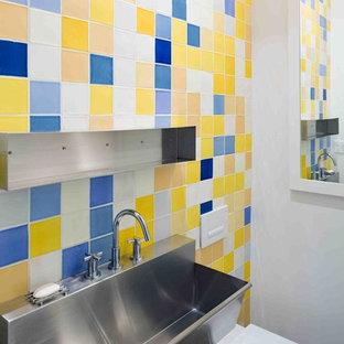 Создайте стильный интерьер: туалет в стиле лофт с унитазом-моноблоком, разноцветной плиткой и раковиной с несколькими смесителями - последний тренд