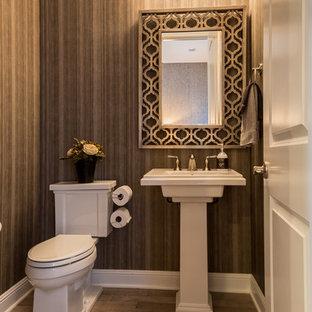 Kleine Klassische Gästetoilette mit braunem Holzboden und Sockelwaschbecken in Denver