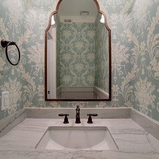 Стильный дизайн: туалет в стиле кантри с фасадами в стиле шейкер, белыми фасадами, унитазом-моноблоком, зеркальной плиткой, разноцветными стенами, паркетным полом среднего тона, врезной раковиной, столешницей из кварцита, коричневым полом и белой столешницей - последний тренд