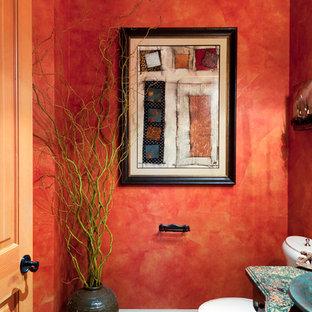 Foto de aseo ecléctico con paredes rojas