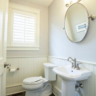 На фото: маленький туалет в современном стиле с раковиной с пьедесталом, раздельным унитазом, серыми стенами и полом из сланца с