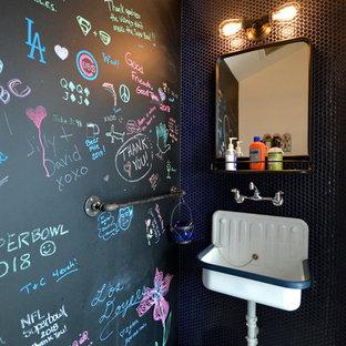 Immagine di un bagno di servizio eclettico con pareti nere, lavabo sospeso e pavimento grigio