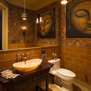 Mittelgroße Asiatische Gästetoilette mit verzierten Schränken, dunklen Holzschränken, grünen Fliesen, Steinfliesen, grüner Wandfarbe, Keramikboden, Aufsatzwaschbecken, Waschtisch aus Holz, grünem Boden und grüner Waschtischplatte in New York