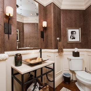 Foto di un grande bagno di servizio tradizionale con WC a due pezzi, pareti multicolore, parquet scuro, lavabo a bacinella e top in pietra calcarea