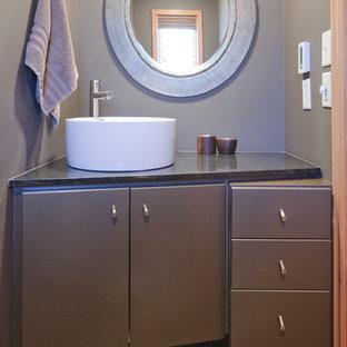 Foto di un ampio bagno di servizio design con ante lisce, ante grigie, pavimento in ardesia, top in granito e top nero
