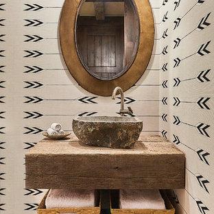 Свежая идея для дизайна: туалет в стиле рустика с разноцветными стенами, паркетным полом среднего тона и настольной раковиной - отличное фото интерьера