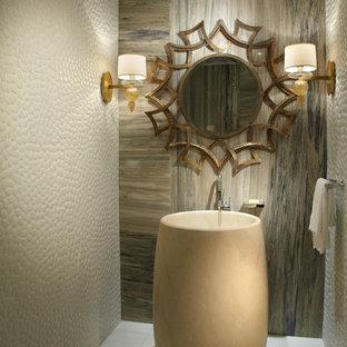 マイアミの中くらいのコンテンポラリースタイルのおしゃれなトイレ・洗面所 (ペデスタルシンク、白いタイル、ベージュのタイル、石タイル、大理石の床、ベージュの壁) の写真