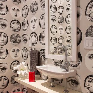 Idée de décoration pour un WC et toilettes bohème avec un lavabo suspendu, un mur gris et un plan de toilette blanc.