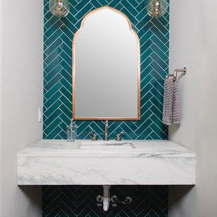 Moderne Gästetoilette mit blauen Fliesen, blauer Wandfarbe, dunklem Holzboden, braunem Boden und weißer Waschtischplatte in Birmingham