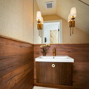 オースティンの小さいトランジショナルスタイルのおしゃれなトイレ・洗面所 (フラットパネル扉のキャビネット、一体型トイレ、ベージュの壁、ライムストーンの床、ベージュの床、白い洗面カウンター、フローティング洗面台、三角天井、クロスの天井、壁紙、濃色木目調キャビネット、コンソール型シンク) の写真