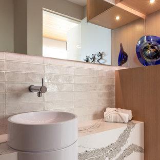На фото: туалет в современном стиле с белой плиткой, белыми стенами, настольной раковиной, белой столешницей, бежевым полом, плиткой кабанчик и столешницей из кварцита с