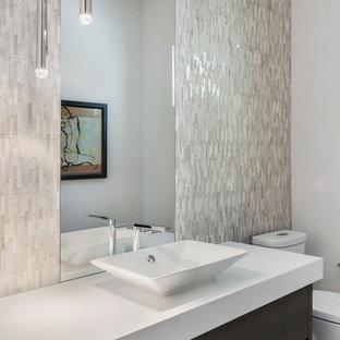 На фото: со средним бюджетом туалеты среднего размера в стиле модернизм с плоскими фасадами, темными деревянными фасадами, раздельным унитазом, белой плиткой, плиткой мозаикой, белыми стенами, полом из керамогранита, настольной раковиной, столешницей из искусственного кварца, белым полом и белой столешницей