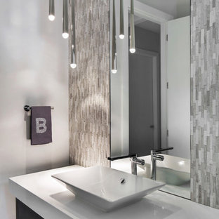 Свежая идея для дизайна: туалет среднего размера в стиле модернизм с плоскими фасадами, темными деревянными фасадами, раздельным унитазом, белой плиткой, плиткой мозаикой, белыми стенами, полом из керамогранита, настольной раковиной, столешницей из искусственного кварца, белым полом и белой столешницей - отличное фото интерьера