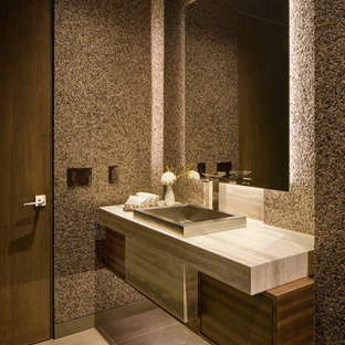 Ispirazione per un bagno di servizio contemporaneo con ante lisce, ante marroni, pareti marroni e pavimento grigio