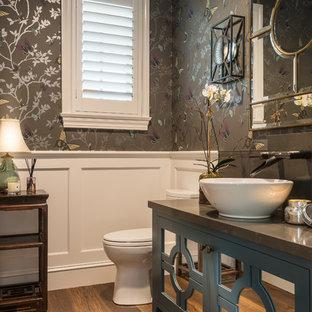 Неиссякаемый источник вдохновения для домашнего уюта: туалет в стиле современная классика с фасадами островного типа, синими фасадами, серыми стенами, настольной раковиной, коричневым полом, паркетным полом среднего тона и серой столешницей