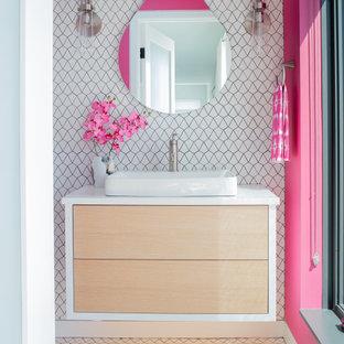 Cette image montre un petit WC et toilettes design avec un placard avec porte à panneau encastré, des portes de placard en bois clair, un WC à poser, un carrelage blanc, des carreaux de céramique, un sol en carrelage de céramique, un lavabo encastré, un plan de toilette en quartz modifié, un sol blanc, un plan de toilette blanc et meuble-lavabo suspendu.