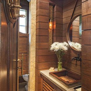 Idee per un bagno di servizio costiero con lavabo a bacinella, ante in legno scuro e piastrelle beige