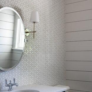 Ispirazione per un piccolo bagno di servizio costiero con ante a filo, ante blu, WC a due pezzi, piastrelle multicolore, piastrelle a mosaico, pareti bianche, lavabo sottopiano, top in quarzo composito e top bianco
