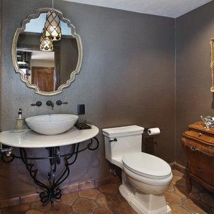 Ispirazione per un bagno di servizio chic di medie dimensioni con WC a due pezzi, pareti grigie, pavimento in terracotta, lavabo a bacinella, top in superficie solida e top bianco