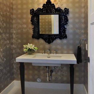 Foto di un bagno di servizio vittoriano di medie dimensioni con piastrelle bianche, pareti marroni, lavabo a consolle e top bianco
