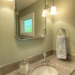 Exempel på ett litet klassiskt toalett, med skåp i shakerstil, vita skåp, en toalettstol med hel cisternkåpa, grå kakel, glaskakel, gröna väggar, ett undermonterad handfat och bänkskiva i kvarts