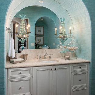 Ispirazione per un bagno di servizio tropicale con lavabo sottopiano, ante con riquadro incassato e ante grigie