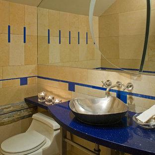 Cette photo montre un WC et toilettes éclectique de taille moyenne avec un WC à poser, un carrelage marron, des carreaux de céramique, un plan vasque, un plan de toilette en quartz modifié et un plan de toilette bleu.