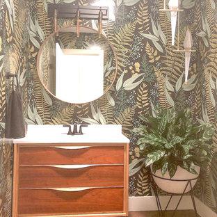 Imagen de aseo retro, de tamaño medio, con armarios tipo mueble, puertas de armario de madera oscura, paredes multicolor, suelo de madera oscura, encimera de cuarzo compacto, suelo marrón y encimeras blancas