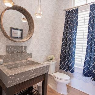 Свежая идея для дизайна: большой туалет в стиле современная классика с открытыми фасадами, темными деревянными фасадами, раздельным унитазом, серыми стенами, паркетным полом среднего тона, монолитной раковиной и столешницей терраццо - отличное фото интерьера