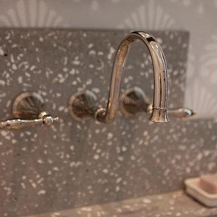 アトランタの広いトランジショナルスタイルのおしゃれなトイレ・洗面所 (オープンシェルフ、濃色木目調キャビネット、分離型トイレ、グレーの壁、無垢フローリング、一体型シンク、テラゾーの洗面台) の写真