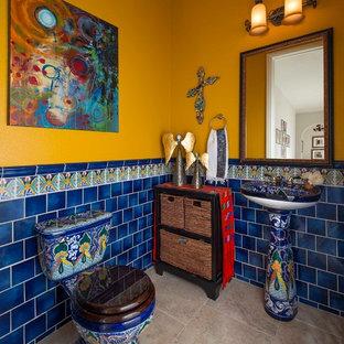 Свежая идея для дизайна: туалет с синей плиткой, желтыми стенами, раковиной с пьедесталом и бежевым полом - отличное фото интерьера