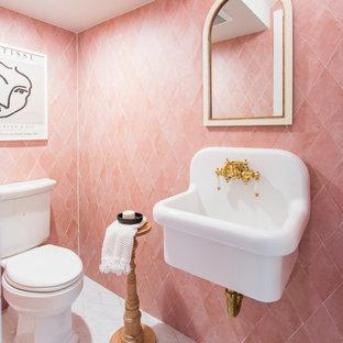 Idee per un bagno di servizio costiero con piastrelle rosa, lavabo sospeso e pavimento bianco