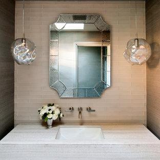 Создайте стильный интерьер: большой туалет в современном стиле с врезной раковиной, стеклянной плиткой, бежевой плиткой, мраморной столешницей и бежевой столешницей - последний тренд
