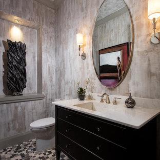 Idées déco pour un WC et toilettes classique avec un placard en trompe-l'oeil, des portes de placard noires, un mur multicolore, un sol en carrelage de terre cuite, un lavabo intégré et un sol multicolore.