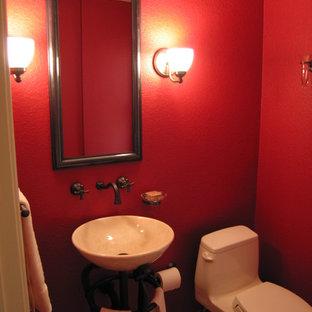 Идея дизайна: маленький туалет в классическом стиле с раковиной с пьедесталом, унитазом-моноблоком, красными стенами и паркетным полом среднего тона
