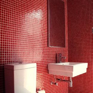 Cette photo montre un WC et toilettes tendance avec un lavabo suspendu, un carrelage rouge, carrelage en mosaïque, un mur rouge et un sol en carrelage de terre cuite.