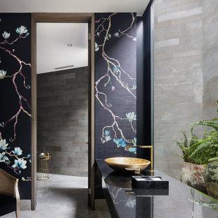 Foto di un bagno di servizio contemporaneo con pareti multicolore, lavabo a bacinella, pavimento grigio e top nero