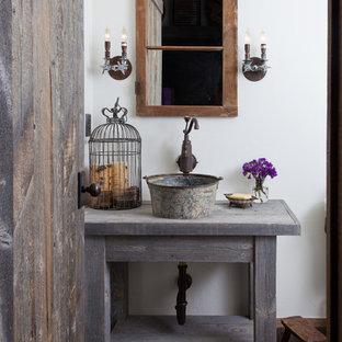 Стильный дизайн: туалет среднего размера в стиле рустика с фасадами островного типа, искусственно-состаренными фасадами, белыми стенами, темным паркетным полом, столешницей из дерева, настольной раковиной и серой столешницей - последний тренд