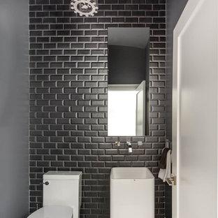 Kleine Moderne Gästetoilette mit Sockelwaschbecken, Wandtoilette mit Spülkasten, grauen Fliesen, schwarzen Fliesen, weißen Fliesen, Metrofliesen, grauer Wandfarbe und Mosaik-Bodenfliesen in Toronto