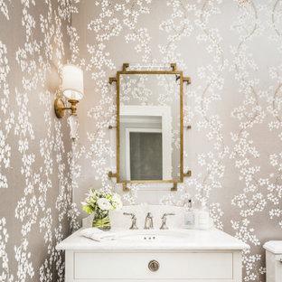 シャーロットのトランジショナルスタイルのおしゃれなトイレ・洗面所 (白いキャビネット、無垢フローリング、アンダーカウンター洗面器、クオーツストーンの洗面台、白い洗面カウンター、フラットパネル扉のキャビネット、グレーの壁、独立型洗面台、壁紙) の写真