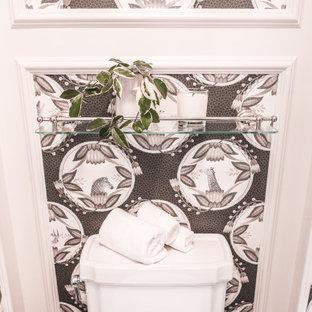 Große Klassische Gästetoilette mit Kassettenfronten, weißen Schränken, Toilette mit Aufsatzspülkasten, weißer Wandfarbe, Marmorboden, Unterbauwaschbecken, Marmor-Waschbecken/Waschtisch, schwarzem Boden, weißer Waschtischplatte, eingebautem Waschtisch, Kassettendecke und Tapetenwänden in Boston