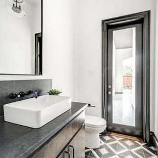 Свежая идея для дизайна: туалет в современном стиле с плоскими фасадами, темными деревянными фасадами, раздельным унитазом, белыми стенами, полом из керамической плитки, настольной раковиной, столешницей из бетона, разноцветным полом и серой столешницей - отличное фото интерьера