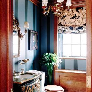 Стильный дизайн: туалет среднего размера в стиле фьюжн с фасадами островного типа, зелеными фасадами, раздельным унитазом, синими стенами, монолитной раковиной, столешницей из дерева и зеленой столешницей - последний тренд