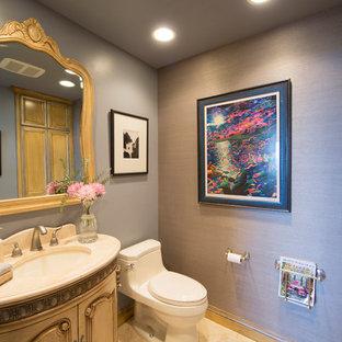 Imagen de aseo romántico, de tamaño medio, con armarios tipo mueble, puertas de armario de madera clara, sanitario de una pieza, paredes grises, suelo de piedra caliza, lavabo bajoencimera, encimera de piedra caliza y suelo beige