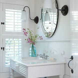 Свежая идея для дизайна: маленький туалет в морском стиле с открытыми фасадами, белыми фасадами, белой плиткой, белыми стенами, полом из керамогранита, консольной раковиной, столешницей из искусственного камня и бежевым полом - отличное фото интерьера