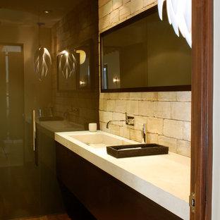 Cette photo montre un très grand WC et toilettes tendance avec du carrelage en pierre calcaire.